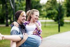 Couples heureux et drôles en parc Photos libres de droits