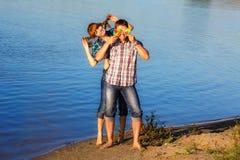 Couples heureux et jeunes ayant l'amusement sur la plage Vacances d'été Photos stock