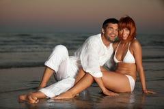 Couples heureux et romantiques, par le rivage de mer Photos stock