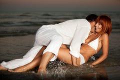 Couples heureux et romantiques, par le rivage de mer Photo libre de droits