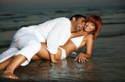 Couples heureux et romantiques, par le rivage de mer Image libre de droits