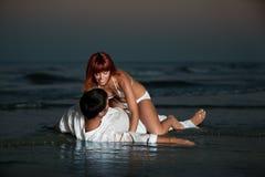 Couples heureux et romantiques, par le rivage de mer Photos libres de droits
