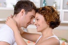 Couples heureux exprimant l'amour Photographie stock libre de droits
