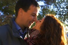 Couples heureux extérieurs dans l'amour Photographie stock