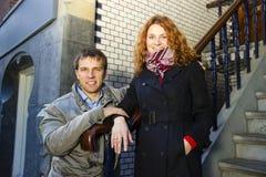 Couples heureux extérieurs dans l'amour, fond d'Amsterdam Image stock