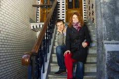 Couples heureux extérieurs dans l'amour, fond d'Amsterdam Photographie stock
