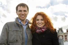 Couples heureux extérieurs dans l'amour, musée Plein, CCB d'Amsterdam d'automne Photographie stock
