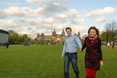 Couples heureux extérieurs dans l'amour, musée Plein, CCB d'Amsterdam d'automne Photo stock