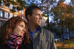 Couples heureux extérieurs dans l'amour posant contre le CCB d'Amsterdam d'automne Images stock