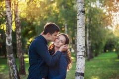 Couples heureux extérieurs dans la pose d'amour Photo libre de droits