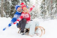 Couples heureux extérieurs en hiver Images libres de droits
