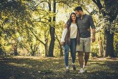 Couples heureux extérieurs Nature de marche photos stock