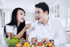 Couples heureux faisant cuire ensemble Images stock