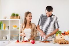 Couples heureux faisant cuire la cuisine de nourriture à la maison Photos stock