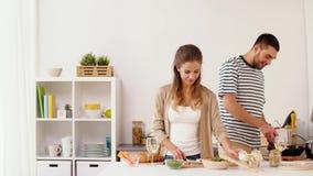 Couples heureux faisant cuire la cuisine de nourriture à la maison banque de vidéos