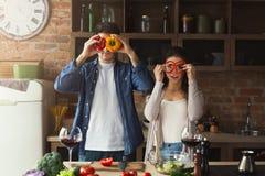 Couples heureux faisant cuire la nourriture saine ensemble Images stock