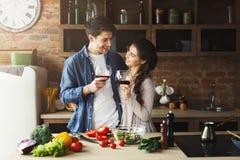 Couples heureux faisant cuire la nourriture saine ensemble Photo libre de droits