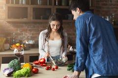 Couples heureux faisant cuire la nourriture saine ensemble Photos stock