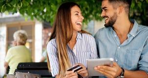 Couples heureux faisant des achats sur l'Internet Photos libres de droits