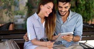 Couples heureux faisant des achats sur l'Internet Image stock