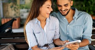 Couples heureux faisant des achats sur l'Internet Photo stock
