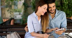 Couples heureux faisant des achats sur l'Internet Images libres de droits