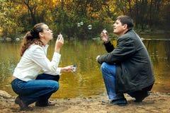 Couples heureux faisant des bulles Images libres de droits