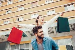 Couples heureux faisant des emplettes ensemble et ayant l'amusement Image libre de droits