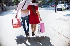 Couples heureux faisant des emplettes ensemble et ayant l'amusement Photos libres de droits