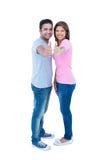 Couples heureux faisant des gestes des pouces et regardant l'appareil-photo Photos libres de droits