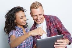 Couples heureux faisant des photos Photos stock