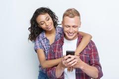 Couples heureux faisant des photos Photographie stock