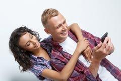 Couples heureux faisant des photos Images stock