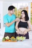 Couples heureux faisant la nourriture saine Photo libre de droits