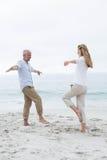 Couples heureux faisant la pose de yoga Photo libre de droits