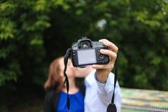 Couples heureux faisant le selfie Photographie stock libre de droits