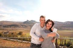 Couples heureux faisant le selfie contre les montagnes image stock
