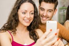 Couples heureux faisant un selfie Image stock