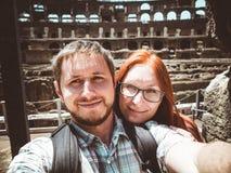 Couples heureux faisant un selfie sur le fond du Colosseum à Rome photographie stock