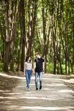 Couples heureux faisant un tour dans la forêt Photos libres de droits