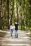 Couples heureux faisant un tour dans la forêt Image stock