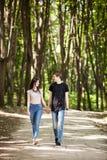 Couples heureux faisant un tour dans la forêt Images libres de droits