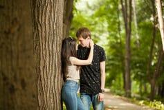 Couples heureux faisant un tour dans la forêt Photo stock