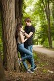 Couples heureux faisant un tour dans la forêt Photographie stock