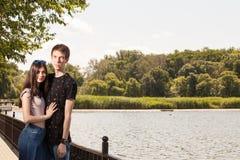 Couples heureux faisant un tour en parc Images libres de droits