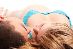Couples heureux - femme enceinte avec son mari photographie stock libre de droits