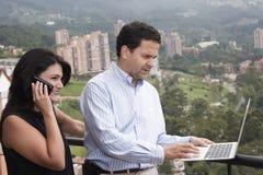 Couples heureux fonctionnant à la maison Photos libres de droits