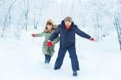 Couples heureux fonctionnant en hiver extérieur Images libres de droits