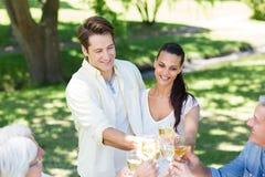 Couples heureux grillant avec leur famille Photographie stock libre de droits
