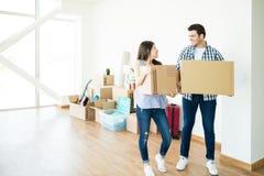 Couples heureux installant la nouvelle maison photographie stock libre de droits